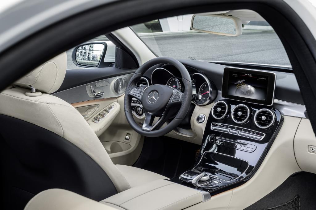 Den zweiten Maßstab setzt Mercedes mit dem Innenraum und dessen Verarbeitung.