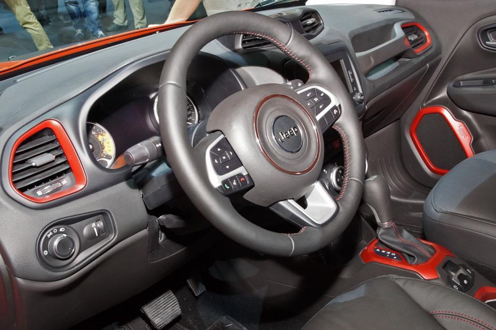 Der Innenraum wirkt aufgeräumt, die guten Platzverhältnisse des Fiat 500L kommen dem kleinen Offroader zugute.