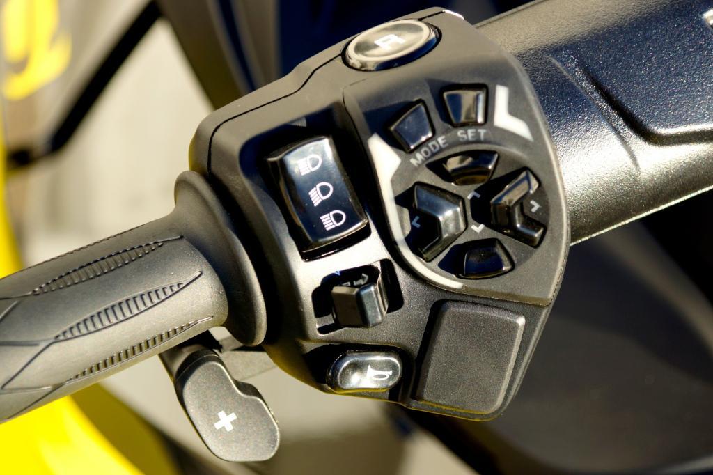 Der Schaltwippel am linken Handgriff gehört zur Sechsgang-Halbautomatik.