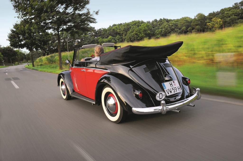 Die offene Karmann-Variante des Käfer ist ein Cabrio mit hoch aufragendem Verdeck