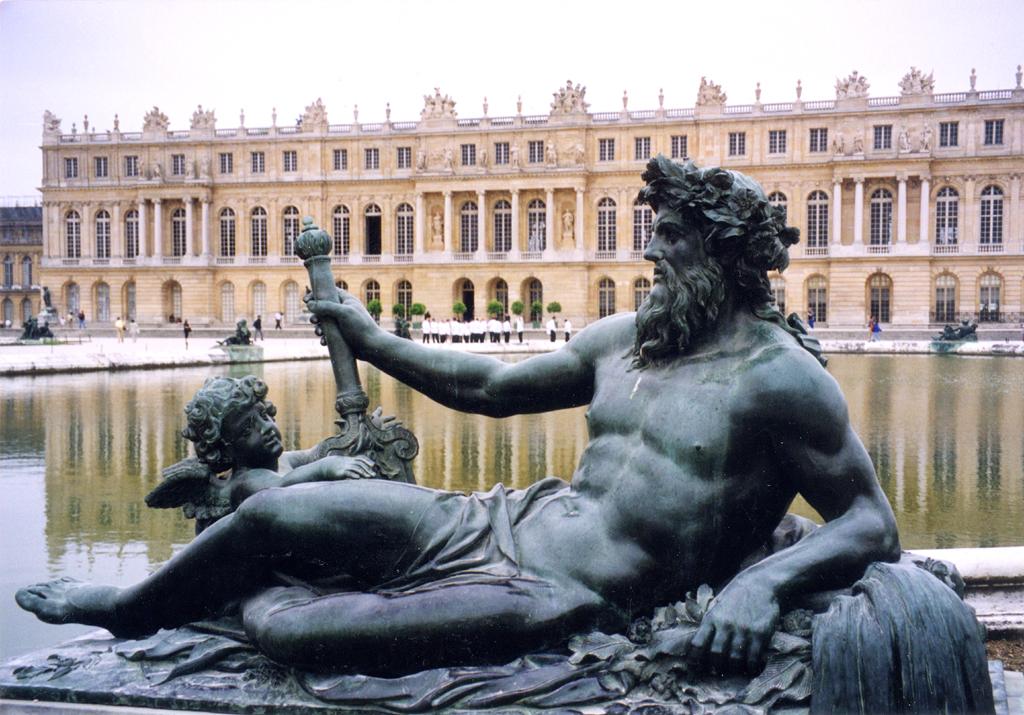 Die prachtvolle Schlossanlage im Pariser Wohnvorort Versailles ...