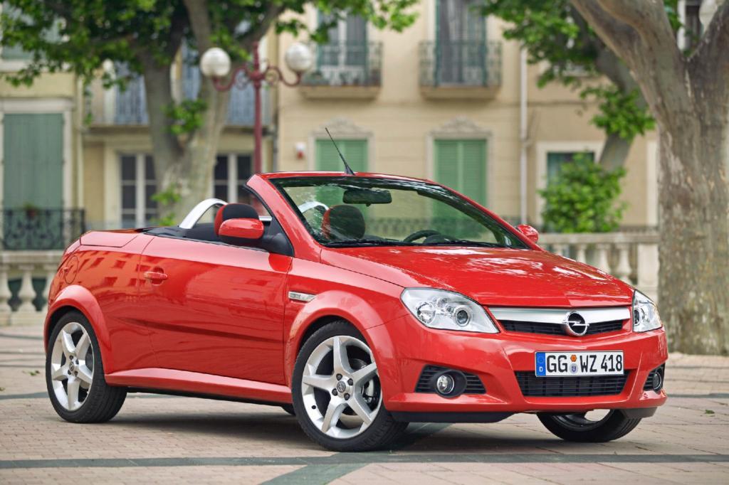 Ebenfalls mit Blechdach fährt der Opel Tigra Twin Top vor - Foto: Opel