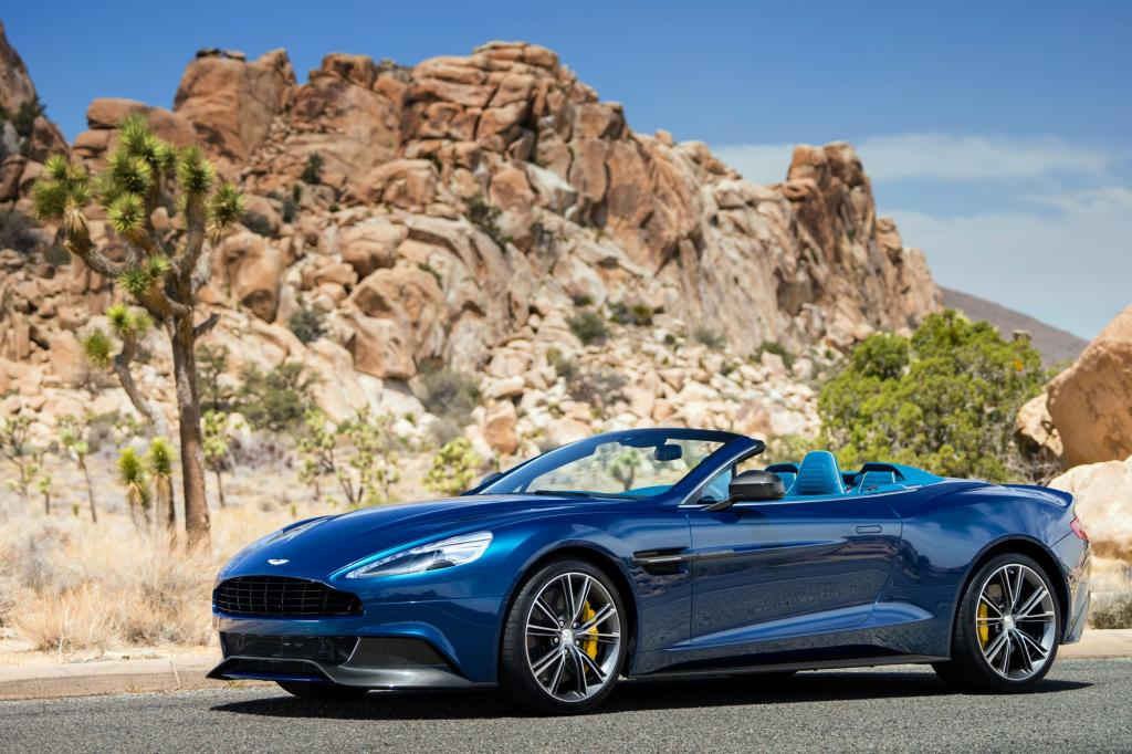 Foto © Aston Martin - Der 2+2-Sitzer Aston Martin Vanquish Volante hat eine Karbon-Karosserie und den 6,0 Liter großen Saugbenziner (422 kW/573 PS)