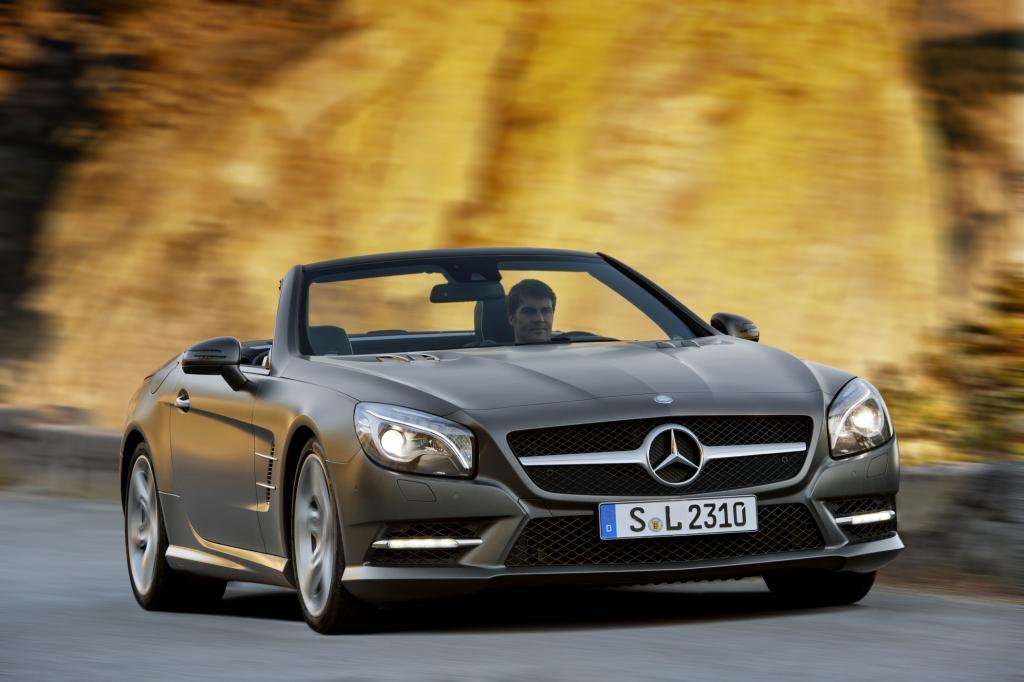 Foto © Mercedes Benz - Ebenfalls zu zweit ist man im Stahldach-Mercedes SL unterwegs, der mindestens 95.854 Euro (225 kW/306 PS) kostet