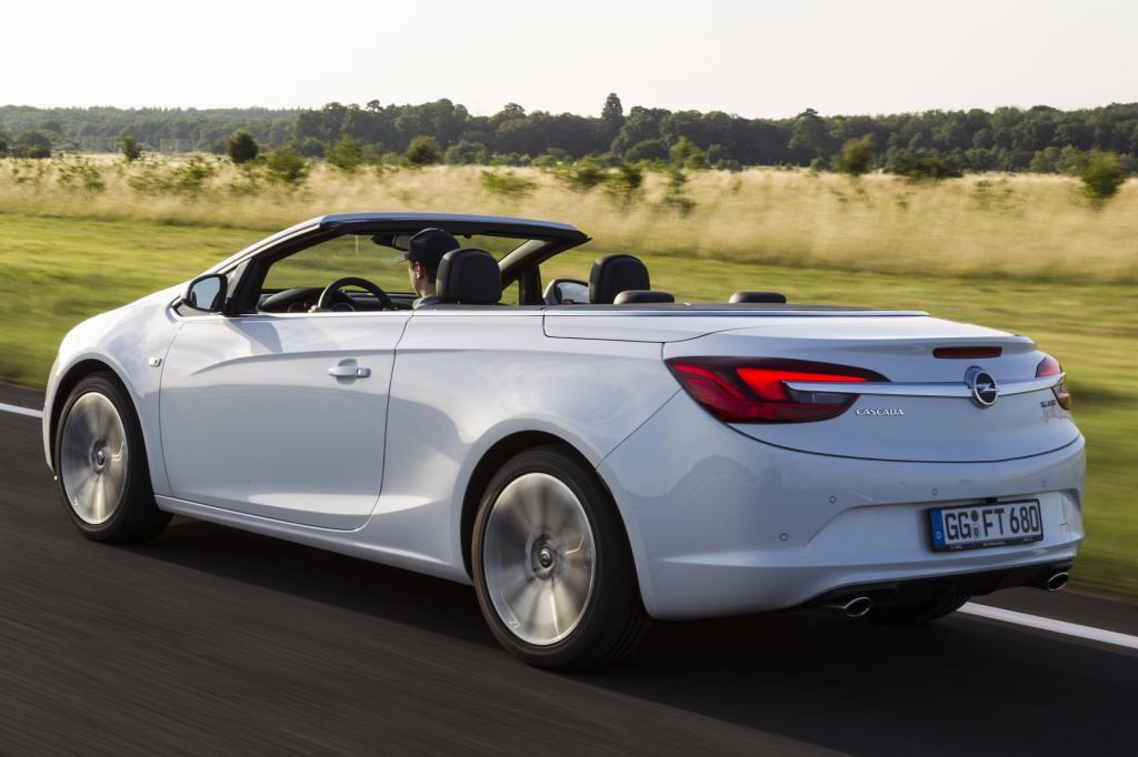 Foto © Opel - Als weiteres deutsches Fabrikat steht der Opel Cascada zur Wahl, der mit Lederlenkrad, Klimaanlage und Parkpiepsern hinten in der Basisversion (25.945 Euro) vorfährt