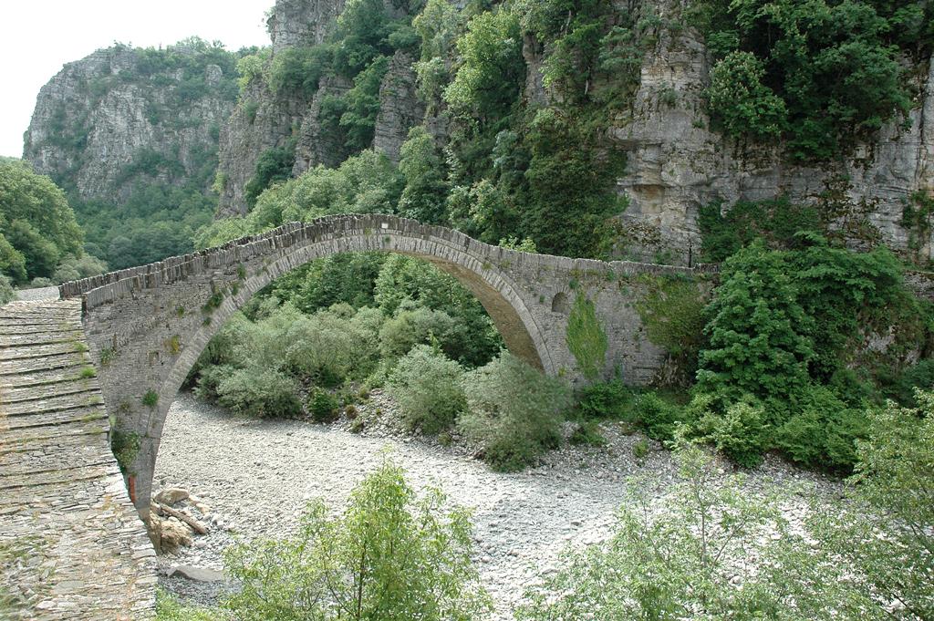 Hält immer noch die Spannung: Bogenbrücke in der Vikos-Schlucht.