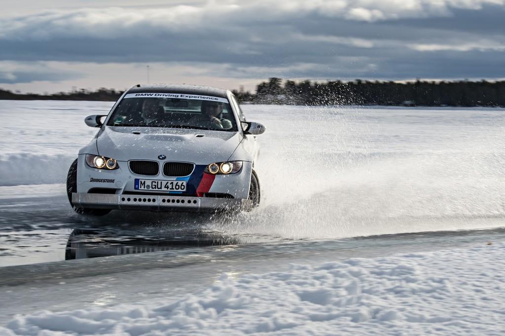 Heiße Reifen auf blankem Eis