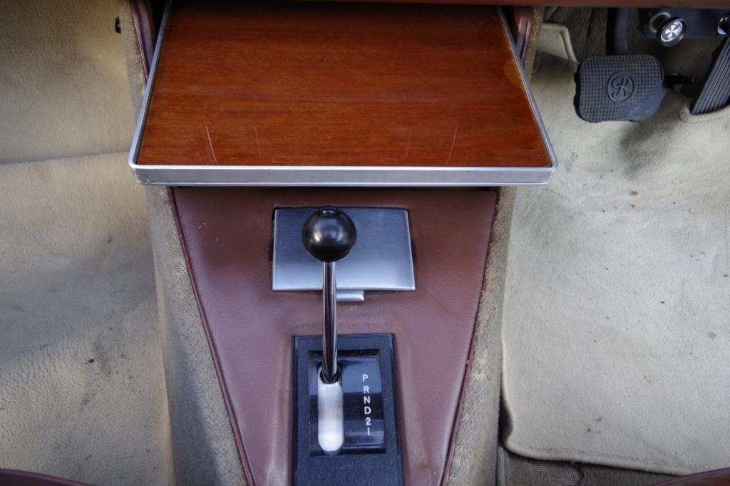 In der Mittelkonsole lässt sich ein kleiner Ablagetisch herausziehen und bietet den vorn sitzenden Passagieren zumindest im Stand etwas Ablagefläche