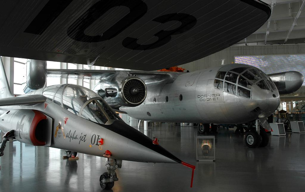 Jagdbomber Alpha Jet (links) vor Do 31E1-Flieger.