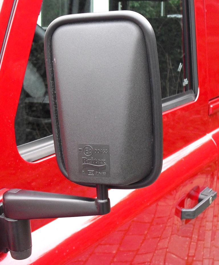 Land Rover Defender: Blick auf den Außenspiegel auf der Fahrerseite.