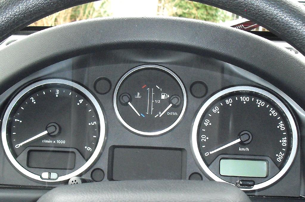 Land Rover Defender: Blick durch den Lenkradkranz auf die Rundinstrumentierung.