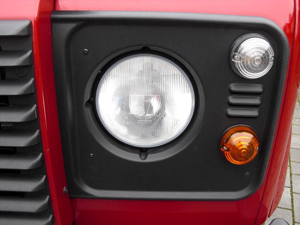 Land Rover Defender: Klassische Rundleuchten-Einheit vorn.