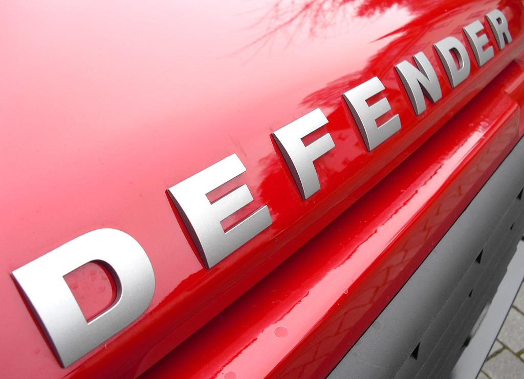 Land Rover Defender: Modellschriftzug vorn auf der Motorhaube.