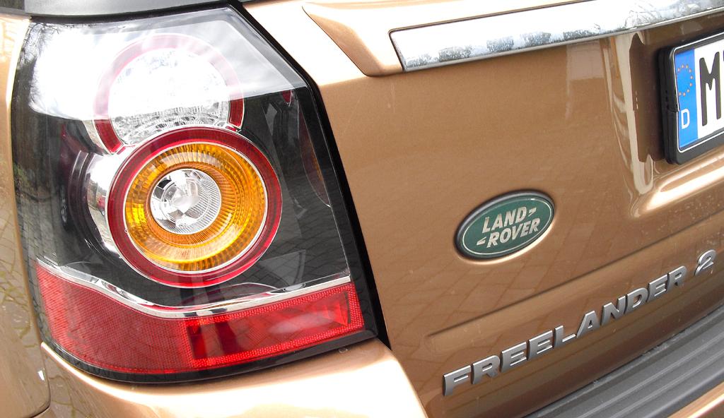 Land Rover Freelander: Moderne Leuchteinheit hinten mit Logo und Modellschriftzug.