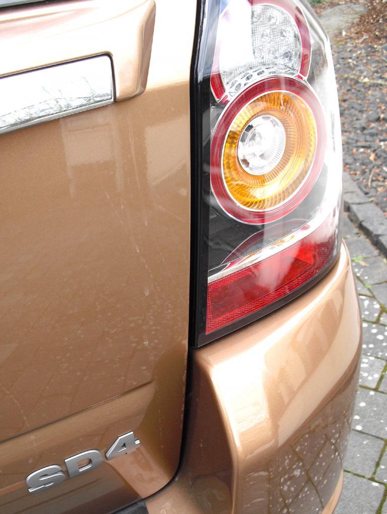 Land Rover Freelander: Moderne Leuchteinheit hinten mit Motorisierungsschriftzug.