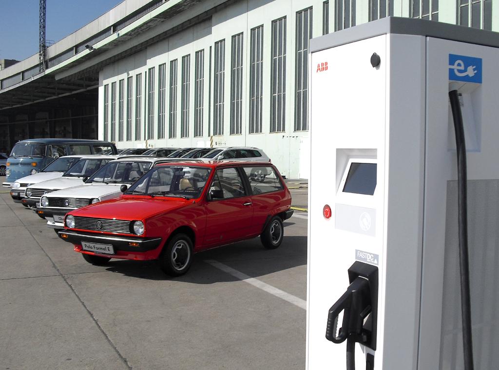 Links frühere VW-Stromer, rechts Schnellladestation.