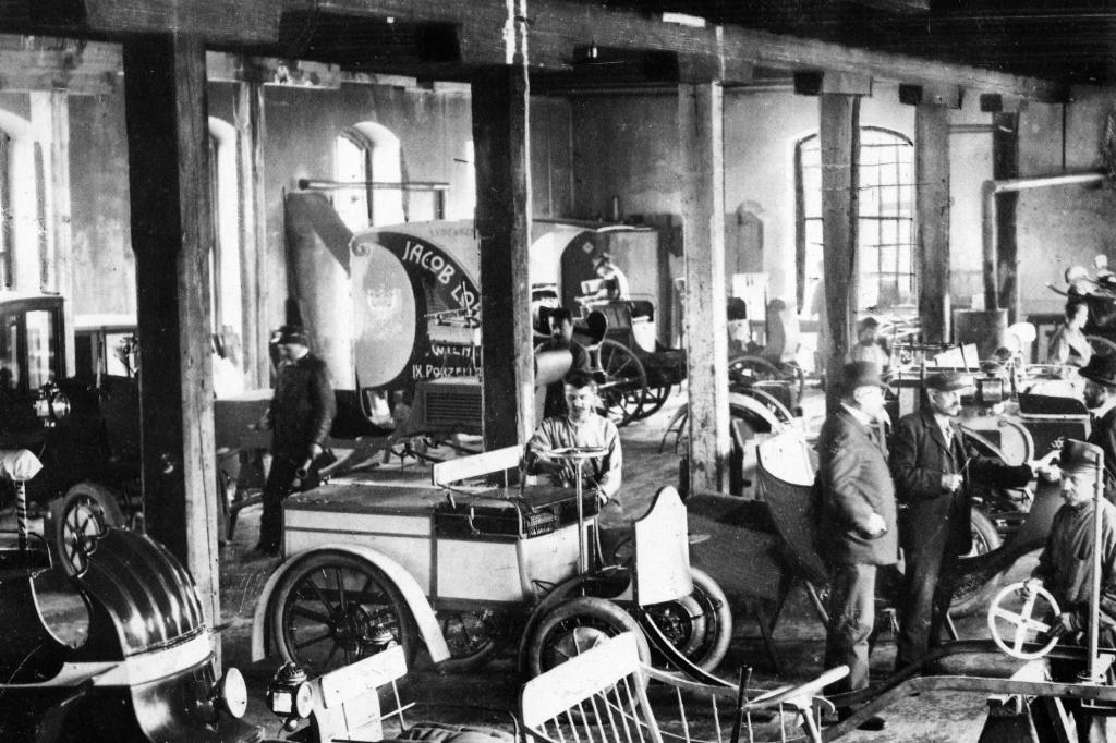 Lohner Werke 1900, der C2 steht hinten links.