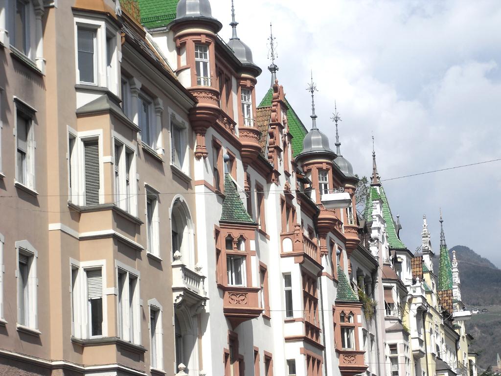 Malerisch: Häuserreihe in der Südtiroler Landeshauptstadt Bozen.