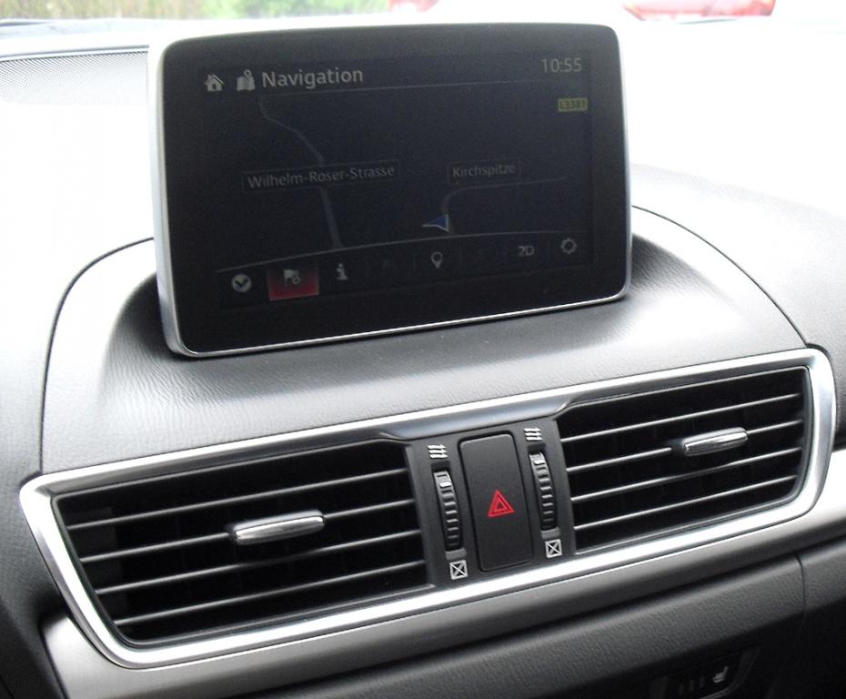 Mazda3: Blick auf den mittleren Armaturenträger mit dem Touchscreenmonitor.