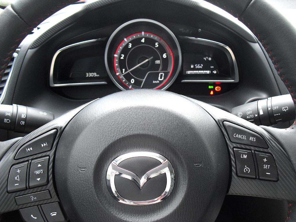 Mazda3: Blick durch den Lenkradkranz auf die Instrumentierung.