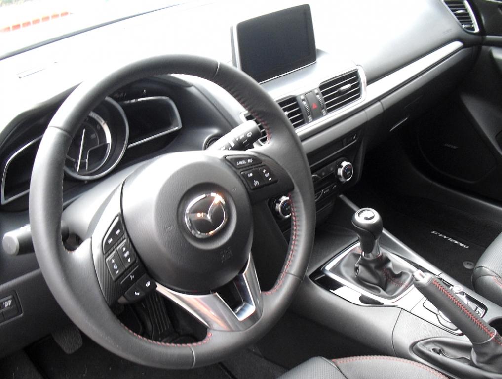Mazda3: Blick ins inzwischen übersichtlichere Cockpit.
