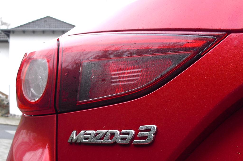 Mazda3: Moderne Leuchteinheit hinten mit Modellschriftzug.