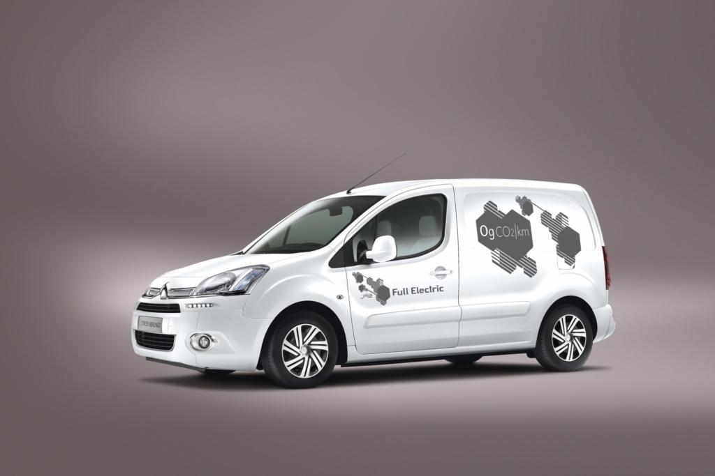Mit 20.700 Euro netto (24.633 Euro brutto) ist er 100 Euro günstiger zu haben als das Konzern-Pendant Peugeot Partner Electric