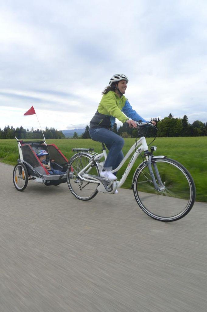 Mit Kindern auf Fahrrad oder Motorrad in den Frühling