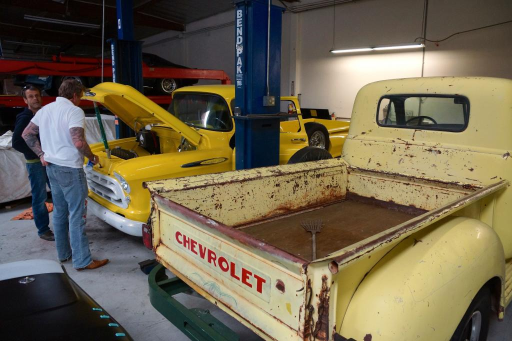 Mit Kumpel Mirco richtet Borrmann auch ältere Pick-ups aus den 50er Jahren her.