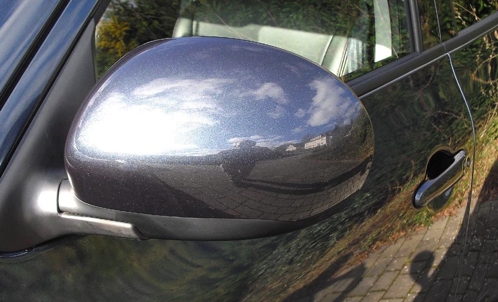 Nissan Juke: Blick auf den Außenspiegel auf der Fahrerseite.