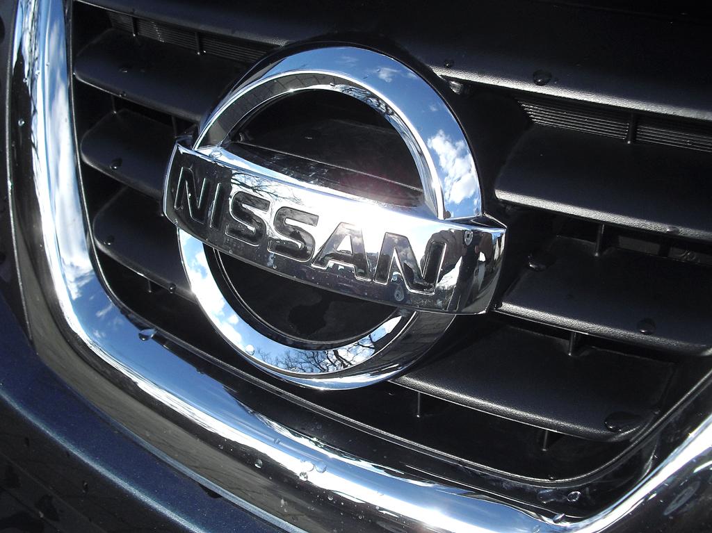 Nissan Juke: Das Markenlogo sitzt mittig im Kühlergrill.