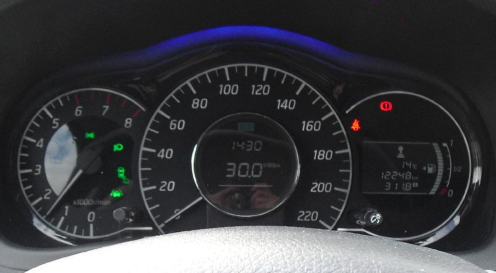 Nissan Note: Blick durch den Lenkradkranz auf die Rundinstrumentierung.