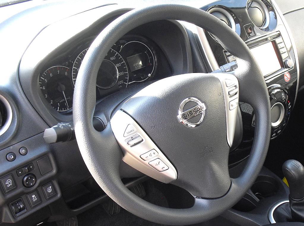 Nissan Note: Blick ins recht übersichtlich gestaltete Cockpit.