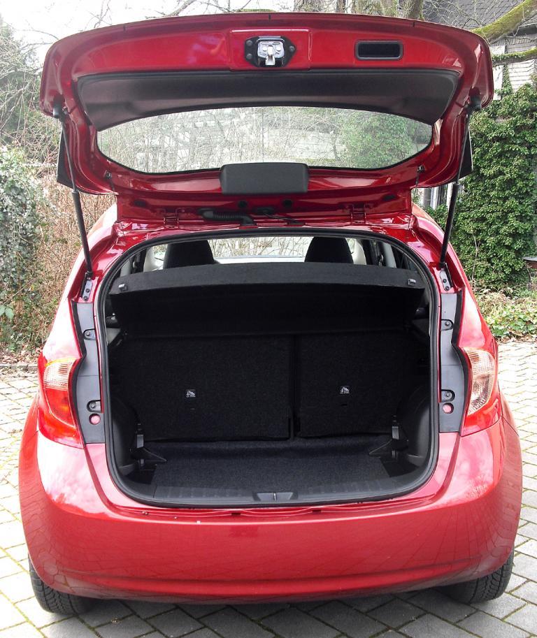 Nissan Note: Ins Gepäckabteil passen 325 bis 2012 Liter hinein.