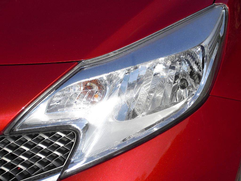 Nissan Note: Moderne Leuchteinheit vorn.
