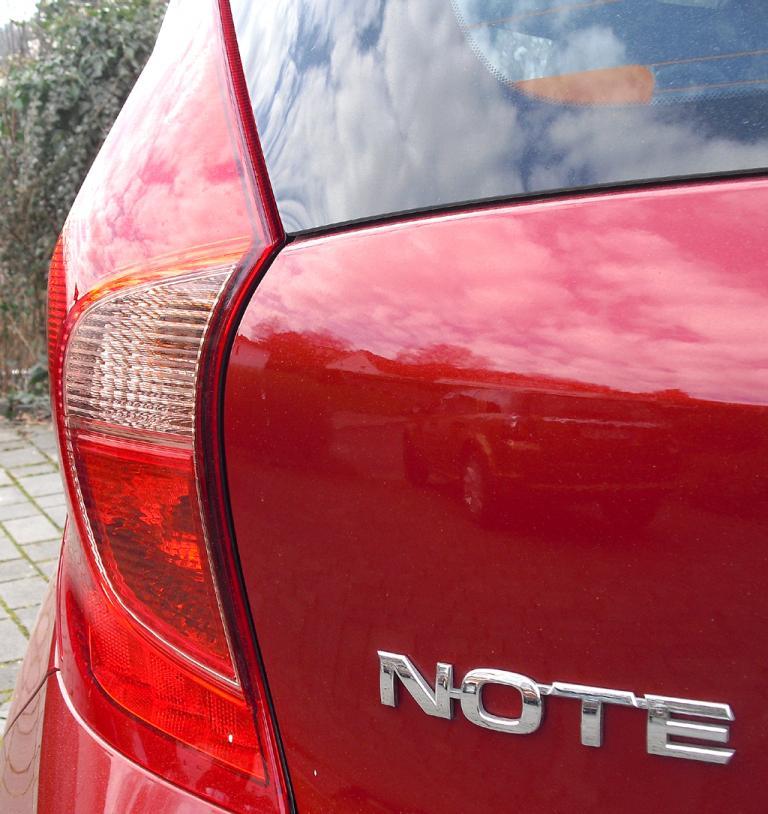 Nissan Note: Vertikal ausgerichtete Leuchteinheit hinten mit Modellschriftzug.