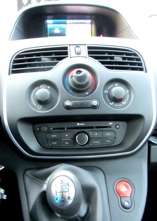 Renault Kangoo: Blick auf den mittleren Armaturenträger.