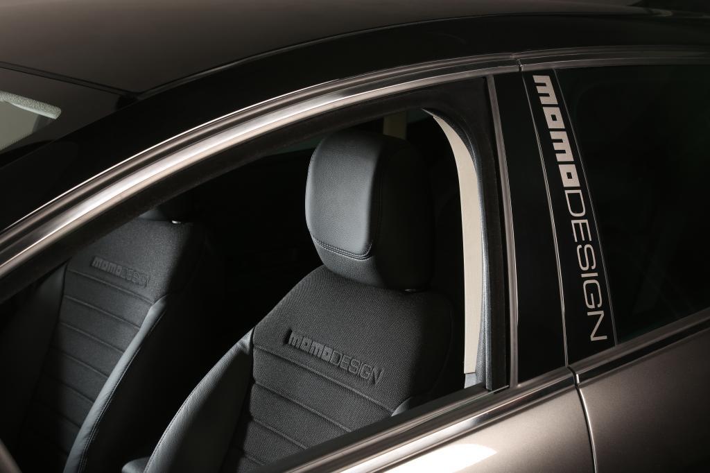 """Seit 2006 arbeiten Lancia und Momodesign zusammen, das aktuellen Modell des Delta sowie des Kleinwagens Ypsilon ist jeweils als Sondermodell mit dem auffälligen Schriftzug """"Momodesign"""" erhältlich."""
