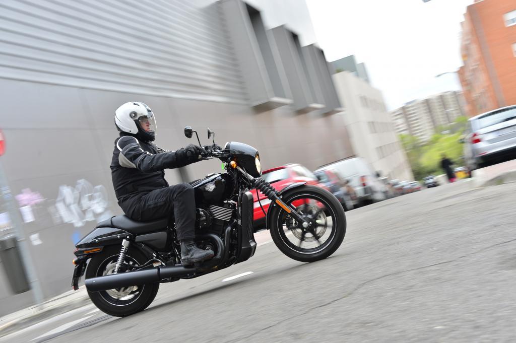 Sie ist ein wendiges, leicht handhabbares Motorrad, das genussvoll zu fahren keine mordsmäßige Motorrad-Erfahrung voraussetzt.