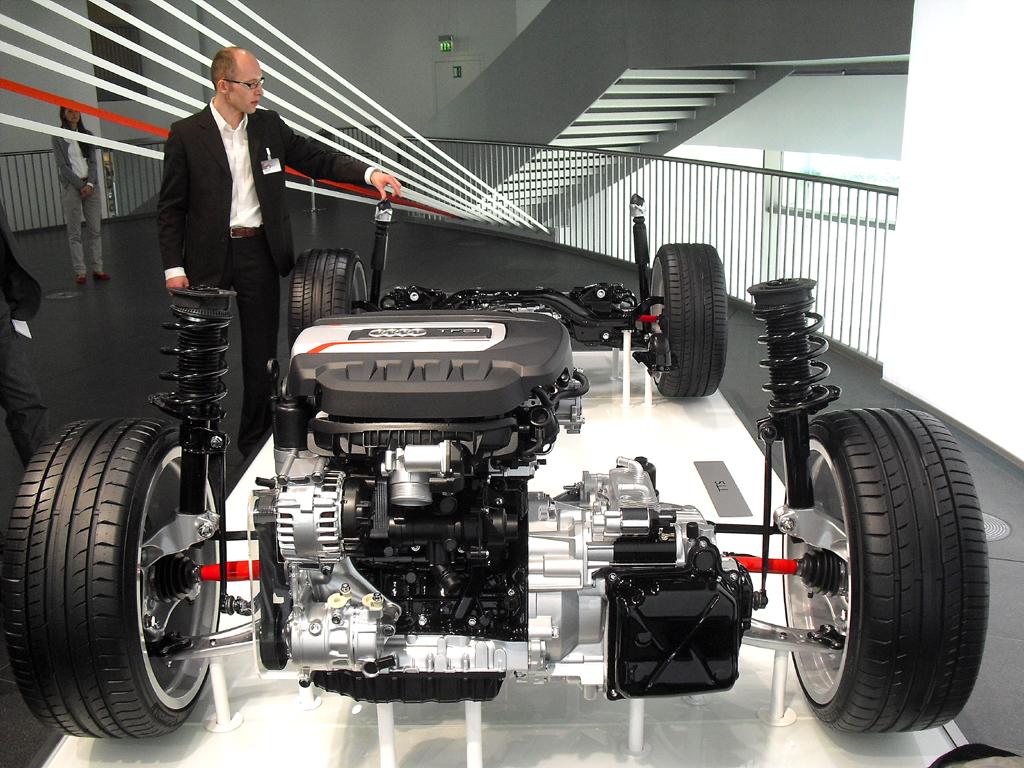 Technikspezialist Dr. Wolf Ahrholdt erläutert das Chassis, hier beim TTS.