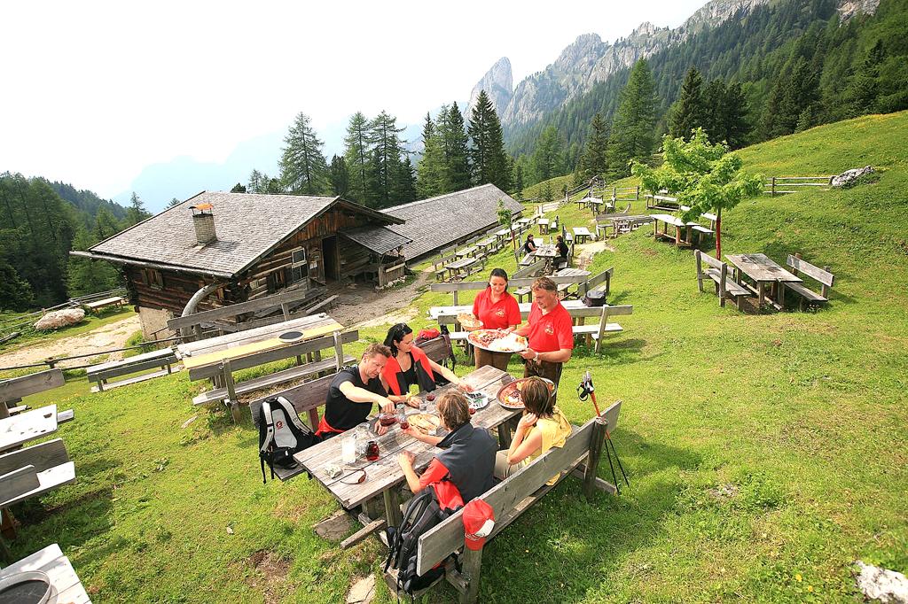 Urig: Bewirtschaftete Alpengasthöfe und Almen gibt es viele.