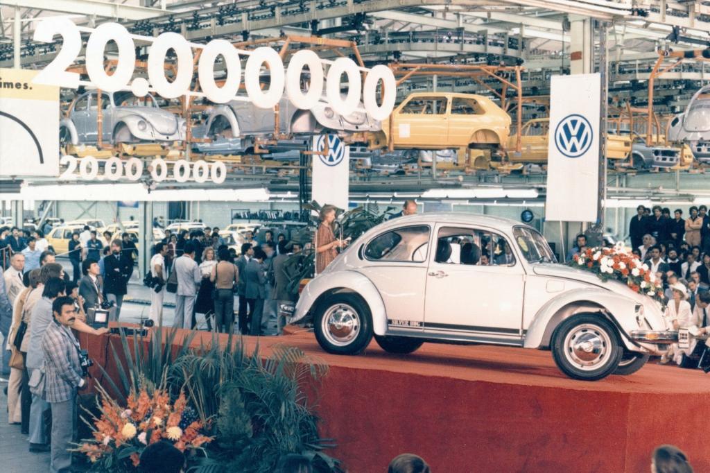 Volkswagen Wachablösung im Werk Wolfsburg: Käfer und Golf