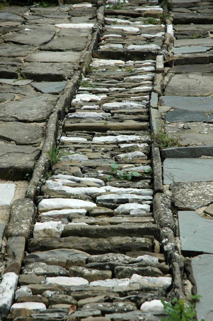 Wege mit groben Steinen gepflastert: In einem Zagoria-Dorf.