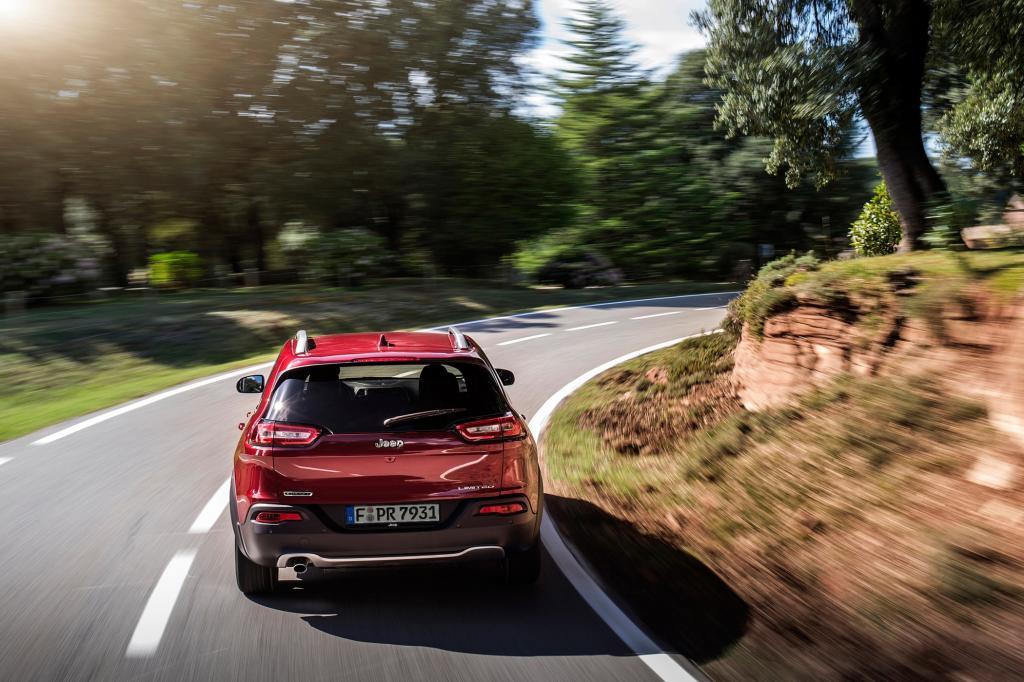 Inzwischen haben bei Chrysler-Jeep die Italiener das Sagen und deshalb steht der 4,63 Meter lange Cherokee auf einer vollkommen neuen C-Plattform.