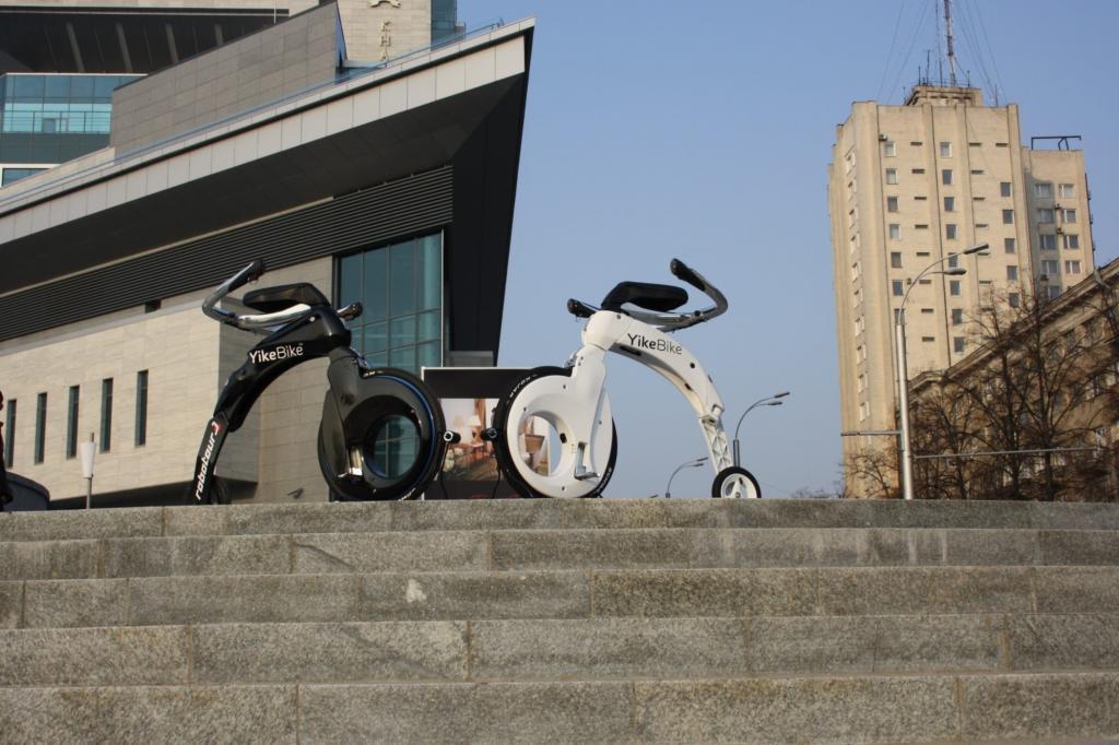 Vom Prinzip sieht es wie ein altes Hochrad aus, allerdings muss der Fahrer nicht wie beim antiquierten Vorgänger treten und auch die Materialien sind hochwertiger. Foto: © Yike Bike