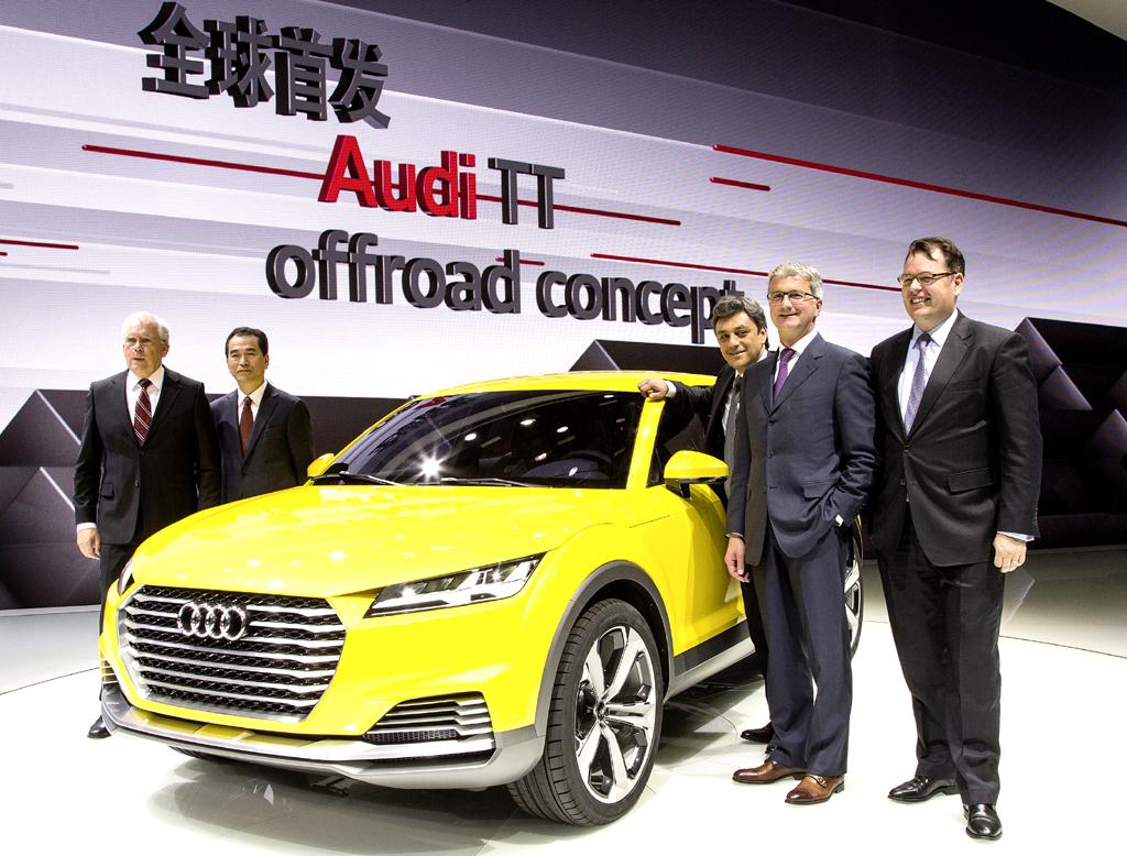 Am Audi TT Offroad Concept: (von links) Entwicklungschef Ulrich Hackenberg, China-Vertriebsleiter Pan Qing, Marketing- und Vertriebsvorstand Luca de Meo, Audi-Chef Rupert Stadler, Audi-China Geschäftsführer Dietmar Voggenreiter.