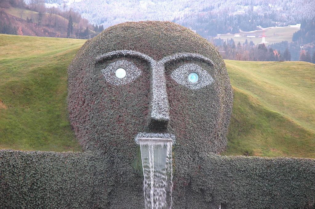 Am Eingang eines künstlichen Hügels wacht der Riese über sein Reich.