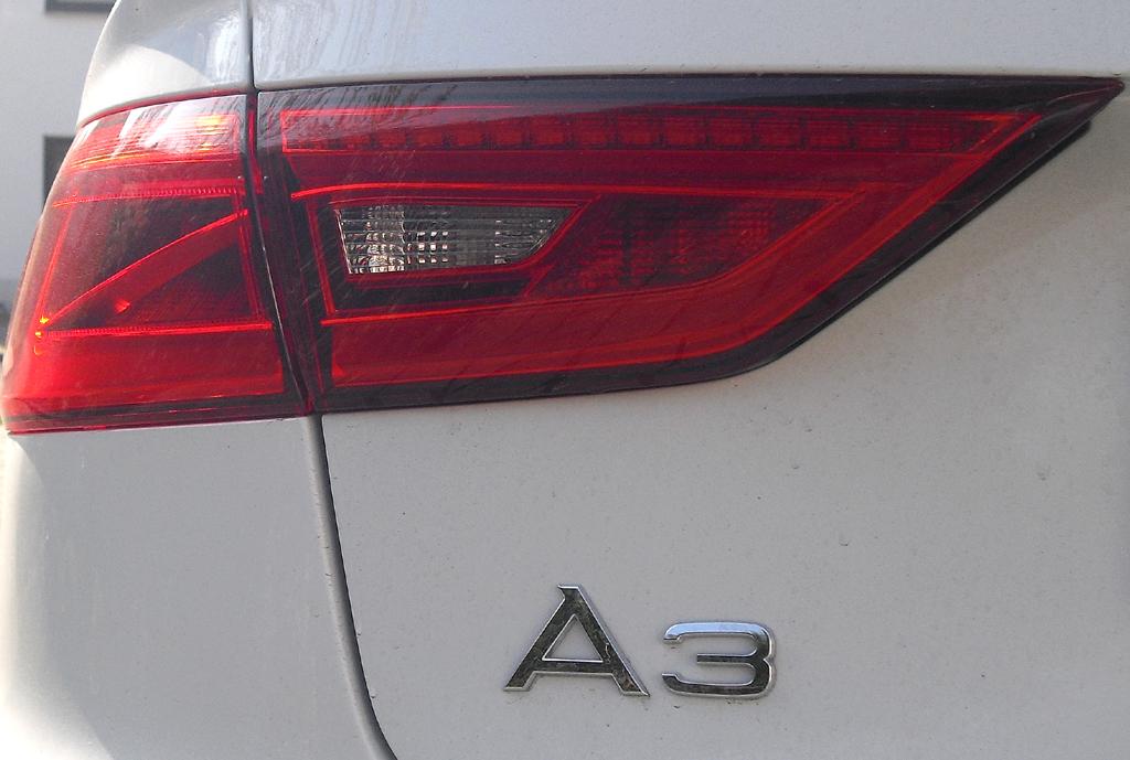 Audi A3: Moderne Leuchteinheit hinten mit Modellschriftzug.