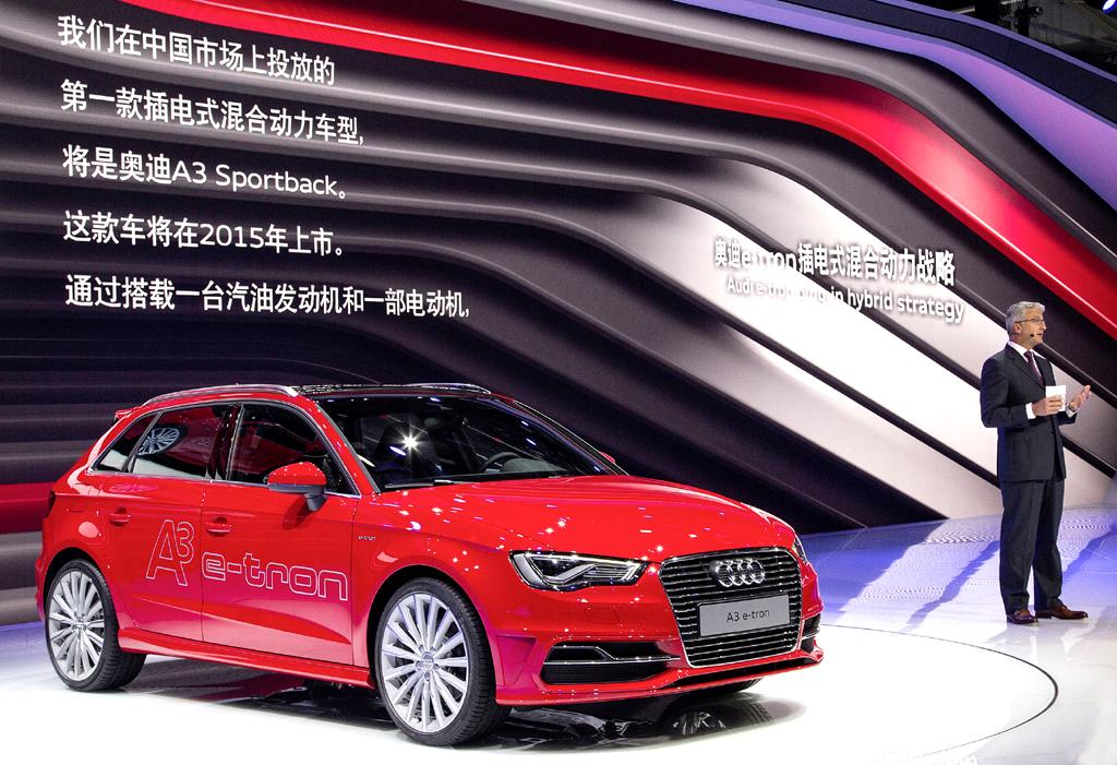 Audi-Chef Stadler präsentiert bei der Auto China den A3 e-tron.