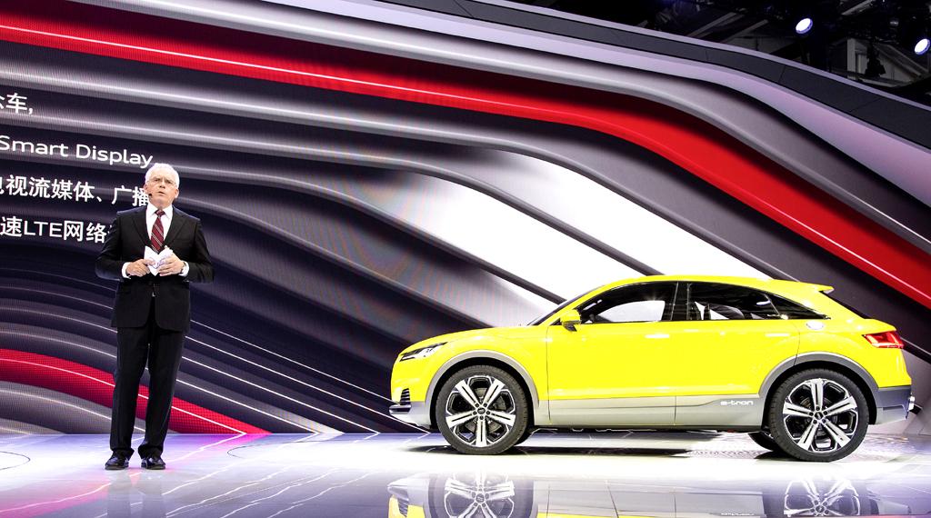 Audi-Entwicklungschef Hackenberg stellt die Coupé-SUV-Studie TT Offroad Concept vor.